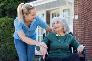 女子幫老奶奶推輪椅