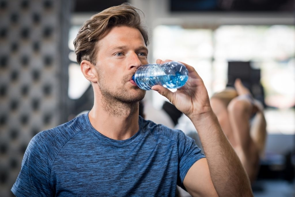 成年男子運動後喝水
