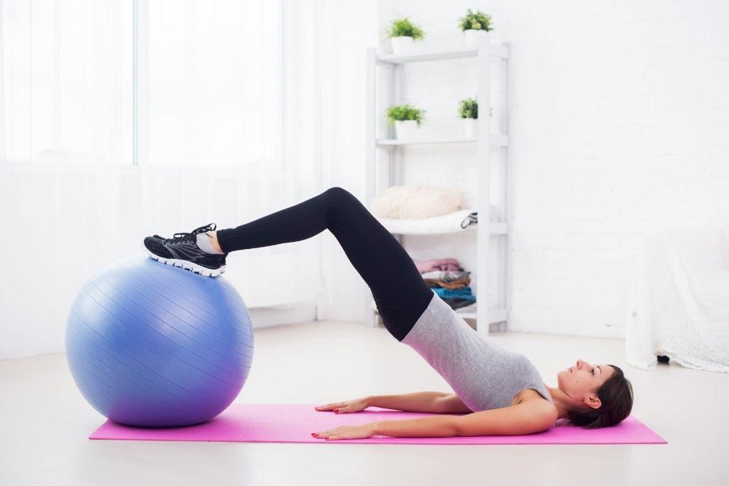 女性做骨盆底肌肉運動