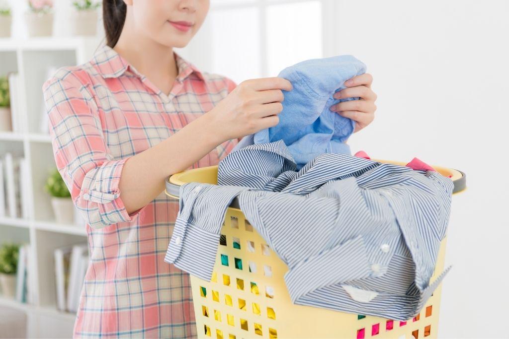 女子清潔衣物