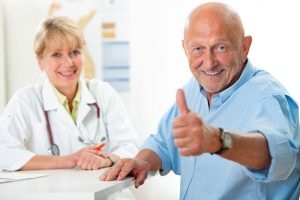 老年男性愉快接受治療