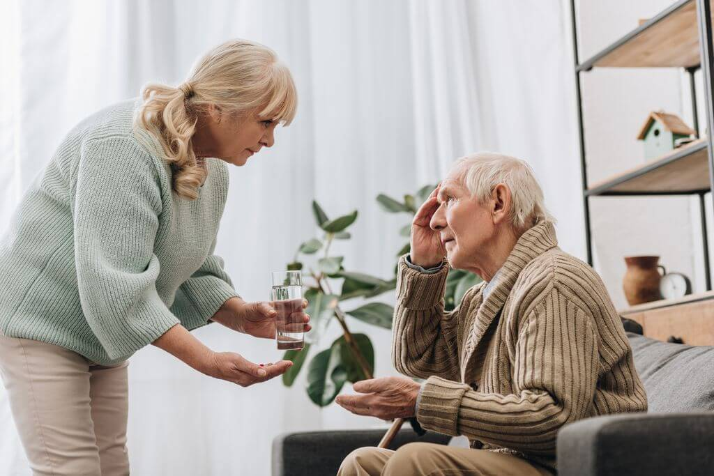 老奶奶照顧失禁老爺爺
