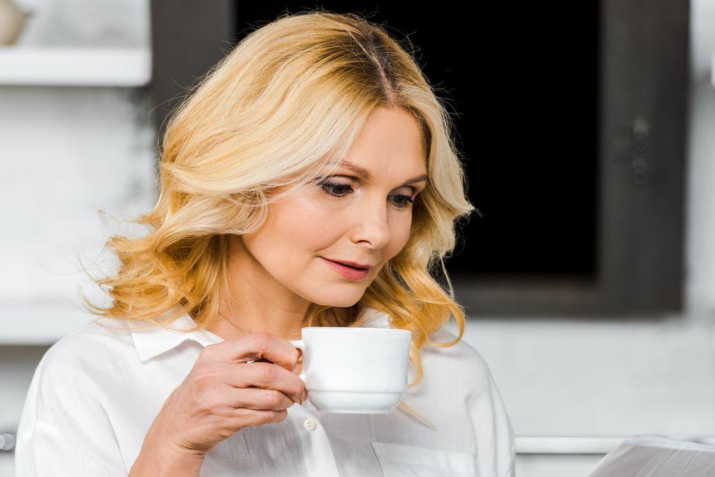 中年婦女喝咖啡