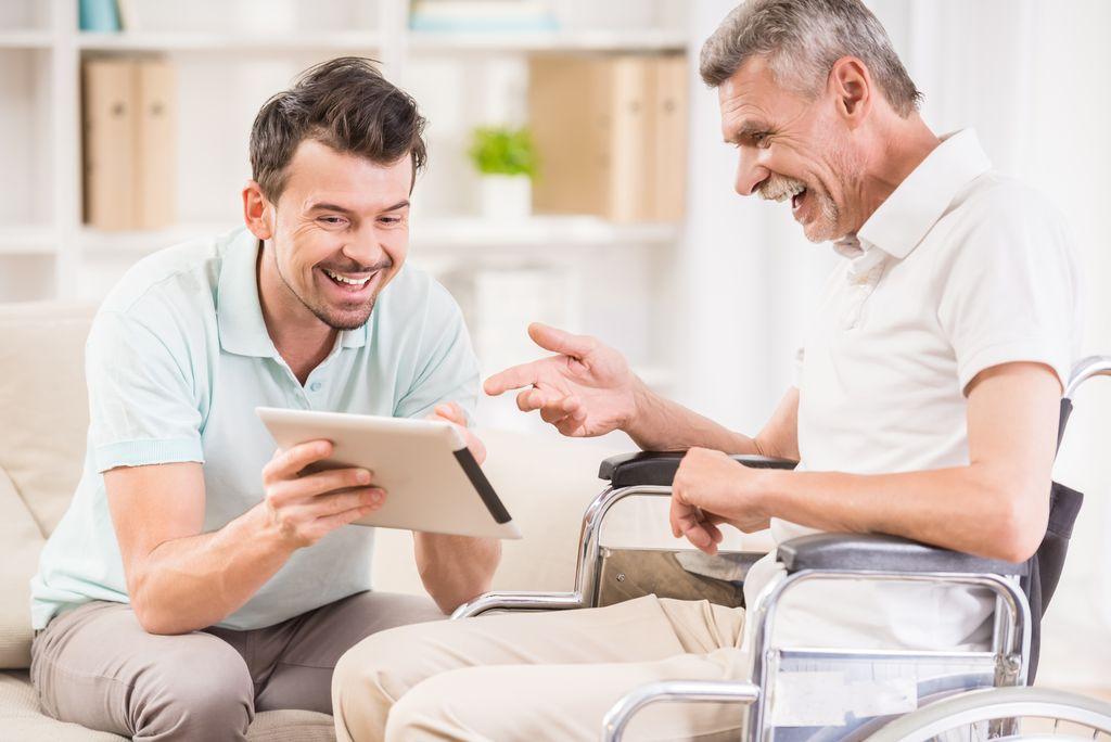 中年男子與老年男子熱烈討論問題