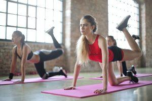 女性進行瑜珈運動中